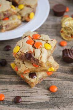 Pieces Blondies Reese's Pieces Blondies - elevating an easy blonde recipe to an amazing (and easy!Reese's Pieces Blondies - elevating an easy blonde recipe to an amazing (and easy! Blondie Dessert, Dessert Bars, Easy Desserts, Delicious Desserts, Yummy Food, Sweet Desserts, Yummy Treats, Sweet Treats, Caramel