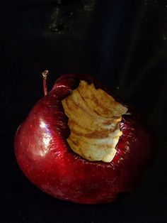 a still life photography---a rotten, poisoned, red, bitten apple---from the wicked Queen. Rotten Food, Rotten Fruit, Fruit Photography, Still Life Photography, Snow White Photography, Billy Kid, The Wolf Among Us, Growth And Decay, Light Yagami