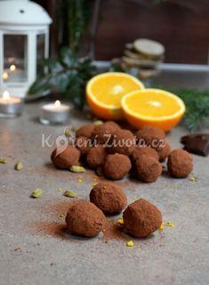 Domácí čokoládové pralinky alias truffles | KořeníŽivota.cz Place Card Holders, Cookies, Desserts, Food, Crack Crackers, Tailgate Desserts, Deserts, Biscuits, Essen