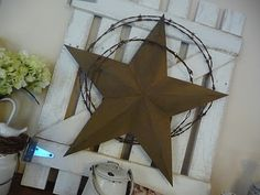 With Fleur De Les instead / Funky Junk Interiors: Creating an old gate for the (Christmas) fireplace mantel, or all year round for that country western look! Pallet Crafts, Pallet Art, Wire Crafts, Diy Pallet, Western Decor, Country Decor, Rustic Decor, Christmas Fireplace Mantels, Mantle