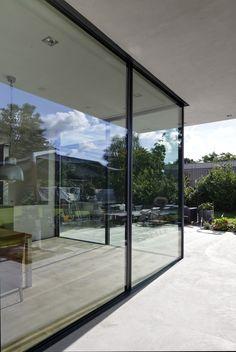 De grote glazen pui beslaat drie gevels van respectievelijk 12, 10 en 4 meter lang en kan in delen worden opengeschoven, ook op een van de buitenhoeken.