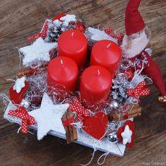 Diy Christmas Ornaments, Christmas Time, Christmas Wreaths, Christmas Decorations, Xmas, Candle Arrangements, Flower Arrangements, Rustic Napkin Rings, Couronne Diy