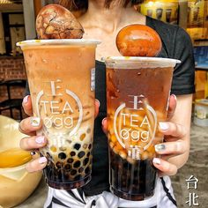 Bubble Tea stalls dominate the streets of Taipei, so to help you out, we've put together the best Bubble Tea shops that's sure to satisfy your cravings. Bubble Tea Shop, Bubble Milk Tea, Yummy Drinks, Yummy Food, Milk Tea Recipes, Boba Drink, Tea Eggs, Food Goals, Savory Snacks