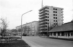 Szeged, Bécsi körút-Szentháromság utca kereszteződés (most körforgalom) 1967-ből a körút felől fotózva. Az épülő toronyház aljában üzemelt az Anna presszó