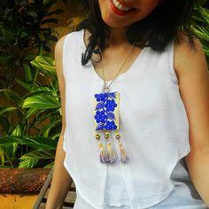 Collana di tessuto blu indigo con nappine tessile ricamato
