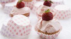 Cupcakes βανίλια φράουλα με frosting φράουλα και φρέσκιες φράουλες | alevri.com
