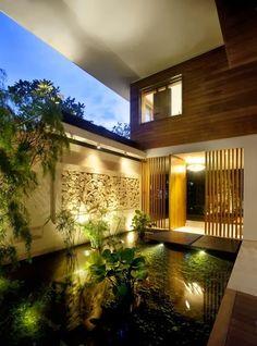 Superbe espace avec la piscine et la lumière. Bel assemblage de matériaux. J'aime la présence de verdure dans cet espace sinon très carré et contemporain