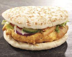 Burger New Delhi au poulet - Recette - Gourmand - wraps Rezept Burger Recipes, Veggie Recipes, Indian Food Recipes, Snack Recipes, Healthy Recipes, Ethnic Recipes, Tostadas, Naan, Food Porn
