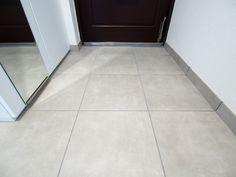 玄関のタイルはサンワカンパニーのダスト602パール(TL76631)