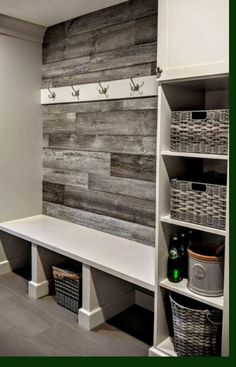 Small Mudroom Ideas, Entryway Ideas, Pallet Mudroom Ideas, Rustic Entryway, Entrance Ideas, House Entrance, Diy Pallet, Pallet Ideas, Entryway Decor