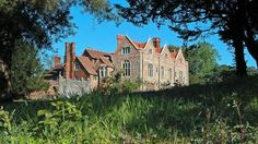 """An exterior view of the grandiose Greys Court, Oxfordshire, which """"plays"""" the role of Downton Place on Downton Abbey. The site dates back to current house was built in the late by the treasurer of Queen Elizabeth I. Country Home Exteriors, Henley On Thames, British Things, Most Beautiful Gardens, Elizabeth I, England, London, Mansions, House Styles"""