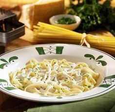 Copycat Olive Garden Fettucine Alfredo: my husband adores OG fettucine! He tries ordering fettucine at other restaurants and is always disappointed. Excellent comments from the blogger. Gotta try!