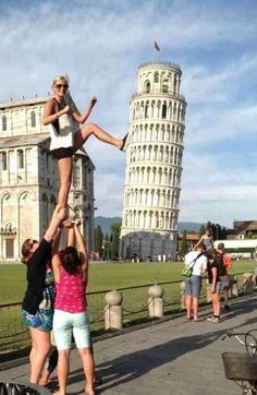 The Leaning Tower of Pisa is a hugely popular tourist site; people love taking forced perspective photos. See funny Leaning Tower of Pisa pictures here. Pisa, Photo Illusion, Fotografie Portraits, Cool Pictures, Cool Photos, The Meta Picture, Cool Illusions, Forced Perspective, Photo Fails