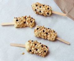 Breakfast banana pops Breakfasts on-the-go. Easy breakfast recipes to get your family out the door on time Banana Breakfast, Breakfast On The Go, Breakfast Time, Breakfast Recipes, Breakfast Ideas, School Breakfast, Perfect Breakfast, Lunch Snacks, Easy Snacks
