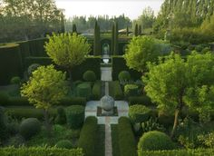 Not sure I could garden on this kind of a scale, but I would most certainly welcome an opportunity to walk in a beautiful garden like this.
