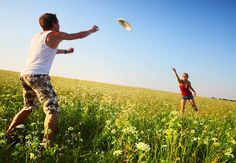 bigstock-Young-couple-playing-frisbee-o-230656071.jpg (900×625)