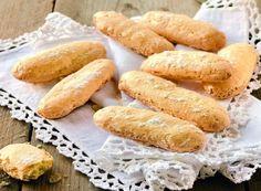 Sembra che la ricetta dei savoiardi risalga al XV° secolo e affondi le sue radici nella regione della Savoia, dove vennero preparati per la prima volta per essere offerti al re di Francia in visita.Quel che è certo è che i savoiardi sono dei biscotti amatissmi e molto versatili, ottimi da inzuppare ma anche da usare come base per altre ricette dolci, come il tiramisù o la bavarese.Inconfondibile è la forma dei savoiardi, oblunga e schiacciata, con gli angoli smussati.Prepararli è piuttosto…