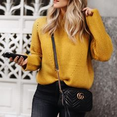 Qui d'autre adore cette couleur?  #lookdujour #ldj #mustard #yellow #knitwear #sweater #cozy #trendy #ootd #outfitinspo #inspiration #style #fashion #regram  @cheraleelyle