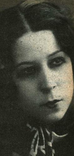 Afife Jale, ilk Müslüman kadın tiyatro sanatçısı.