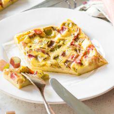 Halb Kuche, halb Auflauf! Ganz wichtig bei der französischen Süßspeise: saftig und leicht säuerlich muss sie sein. Und was wäre da geeigneter als Rhabarber?