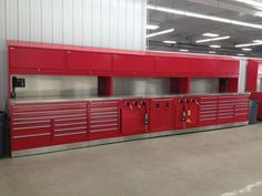 The technician toolbox has three double-wide drawers on top and seven drawers underneath, which provide fast and easy tool selection of the most commonly used tools.