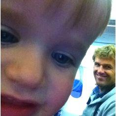 Kto sie bawi telefonem Taty w samolocie?