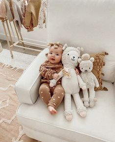 Sweet baby playing with her little buddies! So Cute Baby, Mom And Baby, Cute Kids, Cute Babies, Bitty Baby, Baby Play, Baby Kids, Cute Baby Pictures, Baby Care