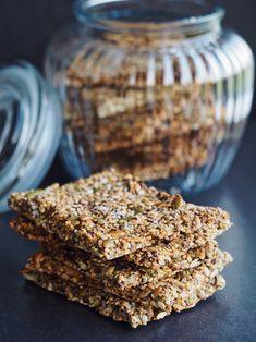 Sprødt stenalder knækbrød uden mel og gluten - perfekt til madpakken, mellemmåltiderne og morgenmaden. En lækker kombination af ristede korn og kerner, har en fantastisk smag og samtidig er det en kombination, som kroppen rigtig godt kan lide.