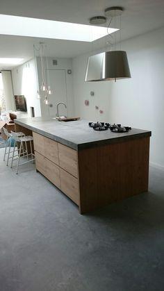 Ikea keuken, met eiken frontjes en beton look werkblad.