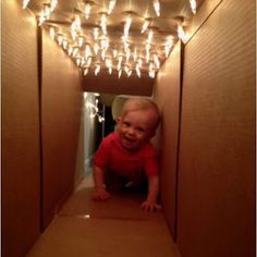 Poke holes on top of a cardboard box, insert lights, and you have a tunnel your little ones will love to play in!no il coniglio nn lo tengo ora Toddler Learning Activities, Games For Toddlers, Sensory Activities, Infant Activities, Winter Activities, Cardboard Forts, Cardboard Box Crafts, Cardboard Tubes, Cardboard Furniture