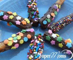 Mini Chocolate Pretzel Rods - A perfect pretzel treat for springtime parties! Tags: Spring Recipe for Kids | Easter Recipe for Kids | chocolate pretzels | easy pretzel recipe | easy kids treat | cute kids dessert | SuperMoms360.com
