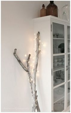 Christmas lights are festive and cozy and if you are like me you can't wait to get them out. Here are a few simple indoor Christmas lights i. Branches Allumées, Lighted Branches, Branches With Lights, White Branches, Diy Christmas Decorations Easy, Light Decorations, Diy Décoration, Easy Diy, Christmas Lights