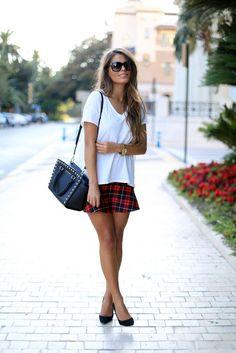 Camiseta branca em 5 looks incríveis! | Tallita Lisboa Blog. como usar camiseta branca. t-shirt branca. look basico. look simples. look trabalho. saia xadrez vermelho e preto. saia e camiseta branca. scarpin preto. bolsa preta.