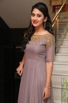 Simple Gown Design, Long Dress Design, Stylish Dress Designs, Designs For Dresses, Stylish Dresses, Indian Wedding Gowns, Indian Gowns Dresses, Wedding Dresses For Girls, Indian Fashion Dresses