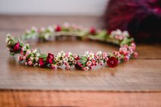 Haarkranz aus Blumen für Hochzeit, Blumenkranz für Haare BRaut mit Waxflower, Blumenkranz Wachsblumen Hochzeit #blumenkranz #hochzeit #waxflower #wachsblumen #haarkranz #brautfrisur DIY Herbsthochzeit mit Brandy Bar