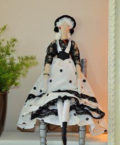 poupée tissu noir et blanc, à pois, d'inspiration tilda