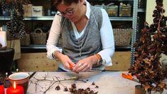 Elisabeth Bønløkke laver flere juledekorationer juletrae med böge- frugter