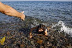 Syrian refugees on a dinghy drift in the Aegean sea off the Greek island of Kos in Greece | Las mejores fotos del día - Yahoo Noticias