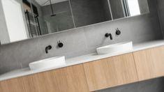 Zu einem Traumbad zählen neben Badezimmermöbeln auch Kleinigkeiten wie Seifenschalen, Körbe, Kästchen und Schalen. Ansprechend und modern designte Handtuchhalter und Seifenspender tragen den letzen Schliff zu Ihrem Traumbad bei. Doch nicht nur schön, sondern auch praktisch sollen die Accessoires in Ihrem Badezimmer sein. Kontaktieren Sie uns. Wir beraten Sie gerne bei der Auswahl Ihrer Einrichtungsgegenstände. Bathroom Lighting, Mirror, Modern, Furniture, Home Decor, Goodies, Hang In There, Nice Asses, Bathroom Light Fittings
