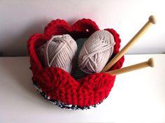 Cuenco de trapillo acabado en ondas o pétalos Cotton Cord, Crochet Yarn, Lana, Knitted Hats, Crochet Patterns, Knitting, Crochet Baskets, Decor, Blankets