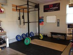 Inspirational Garage Gyms & Ideas Gallery Pg 10 Rogue Wall Rack with well-designed platform. Crossfit Home Gym, Crossfit Equipment, Basement Gym, Garage Gym, Small Garage, Gym Setup, Home Gym Decor, Gym Photos, Rogue Fitness