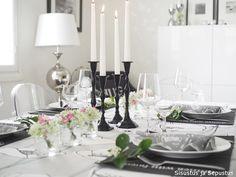 Kesäkattaus luonnonkukilla   Sisustus ja Sepustus Table Settings, Dining Room, Room Decor, Candles, Home, Ad Home, Place Settings, Candy, Room Decorations