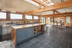 Moderne Küche und Essplatz mit Holzmöbeln