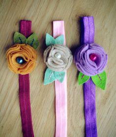 IMG_6662 Crochet Wreath, Diy Crochet, Diy Hair Accessories Ribbon, Bow Garland, Felt Kids, Upcycled Crafts, Repurposed, Chunky Yarn, Felt Flowers