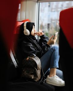 Casual Hijab Outfit, Hijab Chic, Hijabi Girl, Girl Hijab, Best Friend Couples, Hijab Jeans, Modele Hijab, Islamic Girl, Hijab Fashion Inspiration