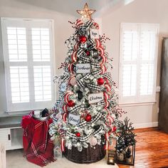 52 beautiful christmas decoration ideas to wow, chirstmas home decors, christmas decorations, christmas home decor ideas, christmas tree decors Christmas Tree Inspiration, Beautiful Christmas Decorations, Christmas Tree Themes, Holiday Decor, Decorated Christmas Trees, Days Until Christmas, Cozy Christmas, White Christmas, Farmhouse Christmas Decor