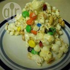 Bunter Popcornkuchen - Wenn man keine Lust auf Kuchen backen hat, dann kann man zum Kindergeburtstag einfach diesen Popcorn-Kuchen machen. Schmeckt am besten am gleichen Tag, am nächsten Tag sind die Popcorn nicht mehr knusprig.@ de.allrecipes.com