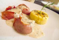 Baconbe tekert szűzérmék zöldbors mártással és sáfrányos polentával