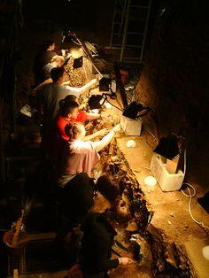 Stages de fouille dans la grotte préhistorique de Sclayn, en bord de Meuse (ossements néandertaliens). http://www.scladina.be/