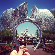 such a good picture idea! Wish I had done this in Disneyland this last time, I guess I will just have to go again